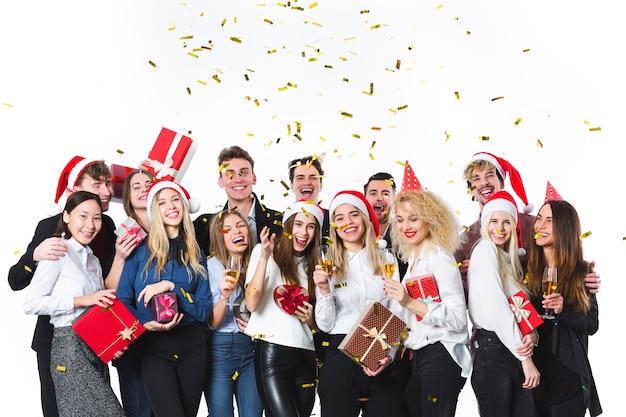 Kerstmensen met geschenken Premium Foto