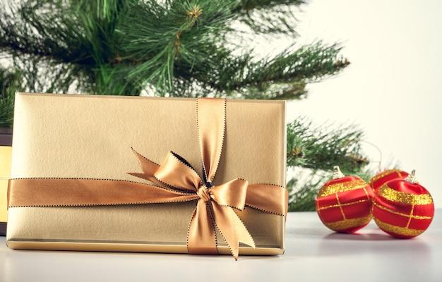 Kerstmis achtergrond gouden geschenkdoos