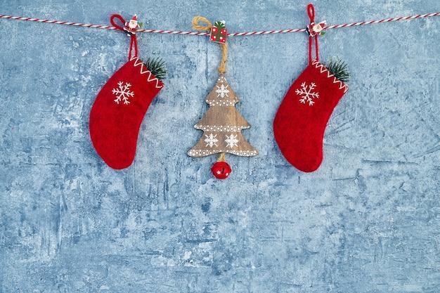 Kerstmis achtergrond. rode kerstversiering opknoping op touw op blauwe achtergrond. ruimte kopiëren.