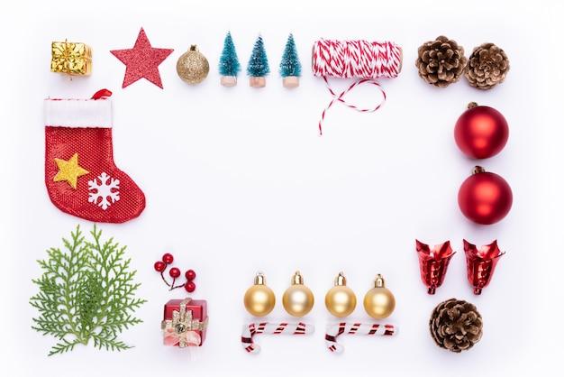 Kerstmis achtergrondconceptendecoratie op witte achtergrond.