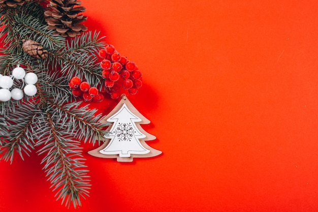 Kerstmis achtergrondlay-out op rode achtergrond