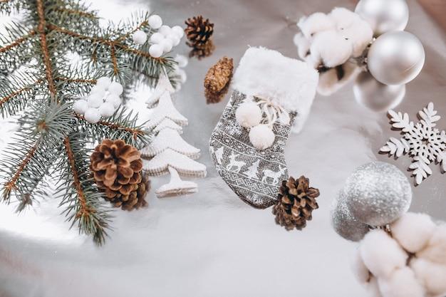 Kerstmis achtergrondlay-out op zilveren achtergrond