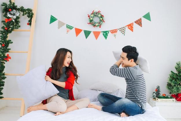 Kerstmis. aziatisch paar dat thuis nieuwjaar viert.