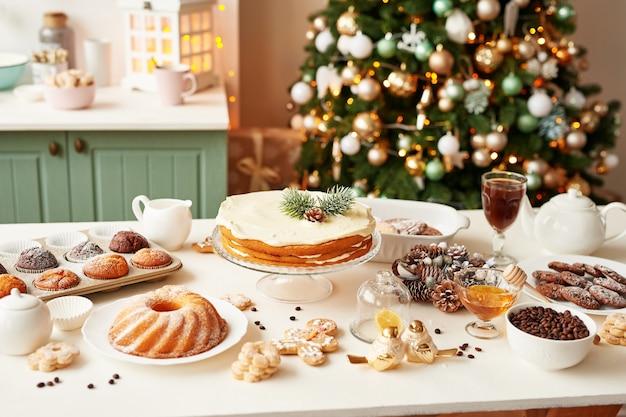 Kerstmis behandelt op tafel: cupcake, naakte cake, koekjes en koffie met honing