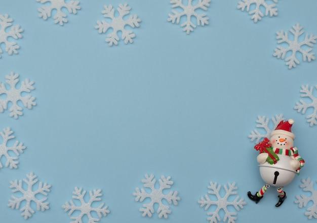 Kerstmis blauwe achtergrond met kerstversiering en witte sneeuwvlokken. nieuwjaar wenskaart.