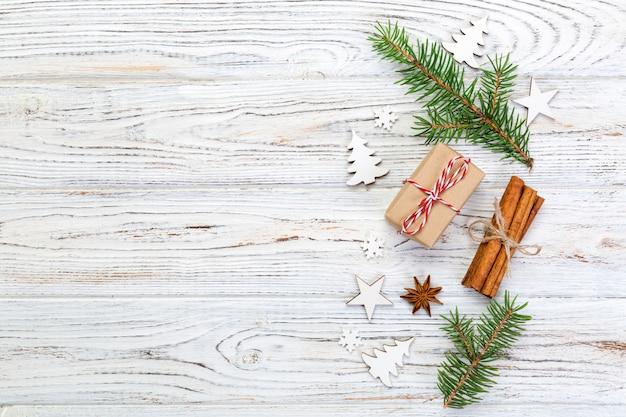 Kerstmis, bovenaanzicht, voor u ontwerpen op houten tafel