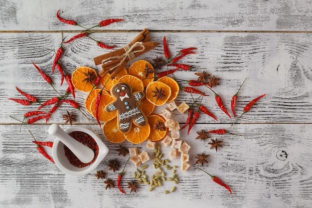Kerstmis - cake achtergrond bakken. spatie geopend kookboek met voedselingrediënten en decoraties rond op vintage planked houten tafel van bovenaf. lay-out met vrije tekstruimte.