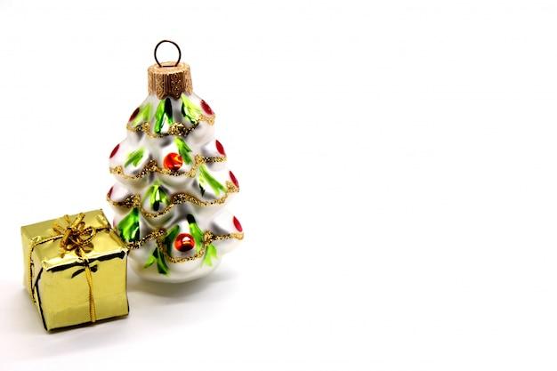 Kerstmis decoratie-kerstboom en cadeau geïsoleerd op een witte achtergrond