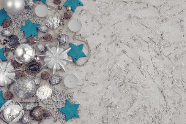 Kerstmis decoratieve samenstelling van speelgoed op een geweven achtergrond.