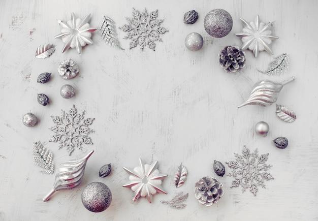Kerstmis decoratieve samenstelling van speelgoed op een wit surrealisme als achtergrond