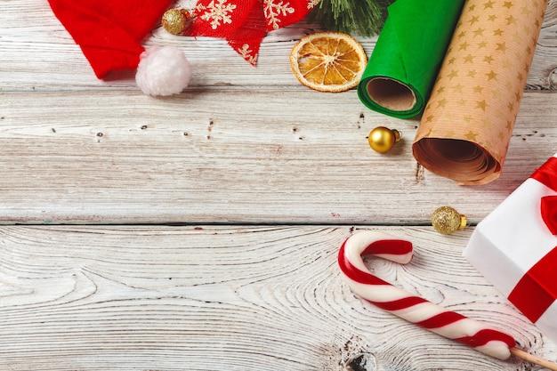 Kerstmis die en punten op houten met copyspace verpakken verfraaien