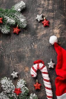 Kerstmis donkere achtergrond met kerstmanhoed