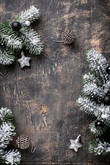 Kerstmis donkere achtergrond met tak van boom