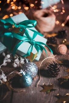 Kerstmis een groep geschenken op de achtergrond van slingers