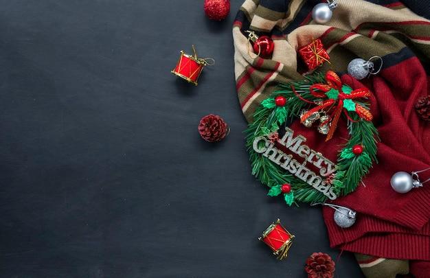 Kerstmis en gelukkig nieuwjaar achtergrond met feestelijke decoratie en kopie ruimte. bovenaanzicht. plat leggen