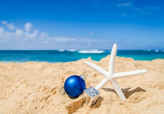 Kerstmis en gelukkig nieuwjaar decoratie op het tropische strand