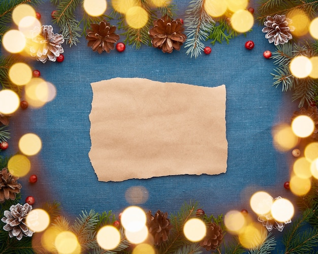 Kerstmis en gelukkig nieuwjaar donkerblauwe achtergrond met kraftpapier voor tekst en bokeh