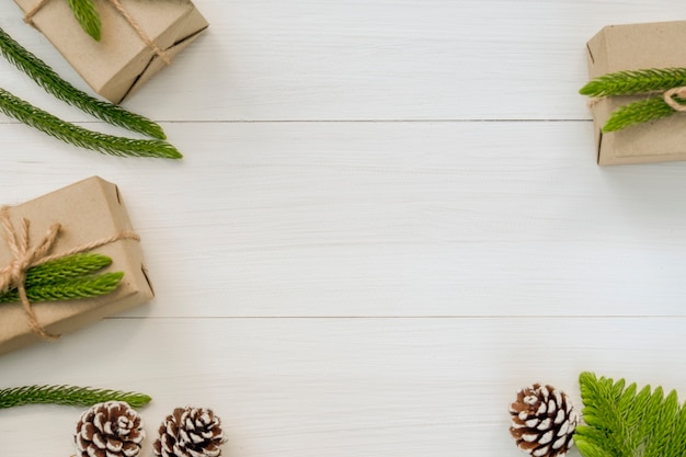 Kerstmis en gelukkig nieuwjaar samenstelling, kerst geschenkdozen, dennenappels, fir takken