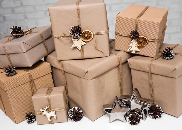 Kerstmis en nieuwjaar achtergrond - close-up van beige geschenkdozen