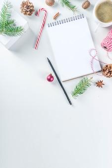 Kerstmis en nieuwjaar achtergrond met lege kladblok