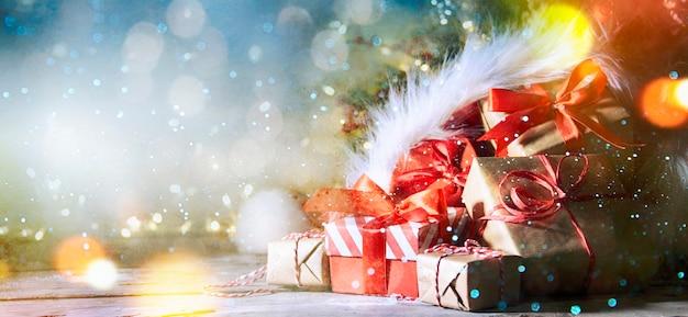 Kerstmis en nieuwjaar achtergrond met sneeuw en lichte bokeh