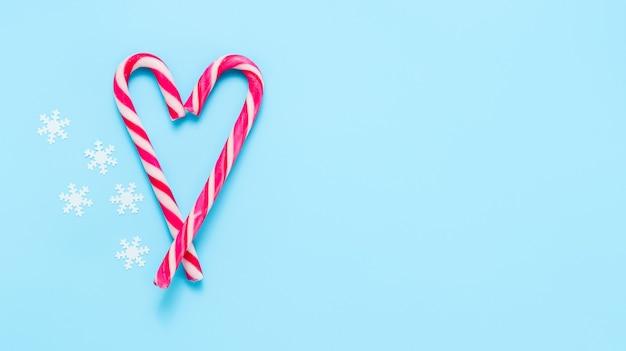 Kerstmis en nieuwjaar achtergrond met snoepgoed in de vorm van een hart