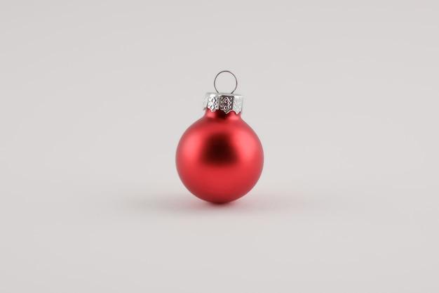 Kerstmis en nieuwjaar concept, een kleine rode bal, kerstdecoratie met kopie ruimte achtergrond