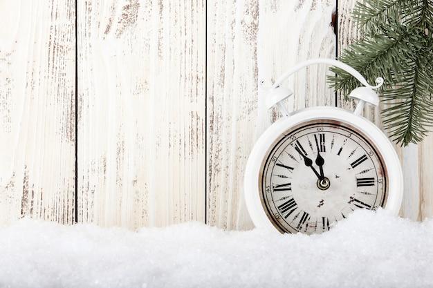 Kerstmis en nieuwjaar concept met vintage wekker en houten achtergrond
