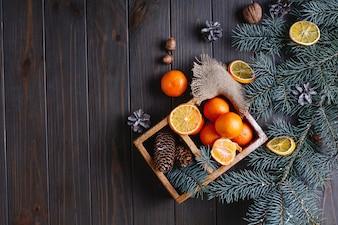 Kerstmis en Nieuwjaar decor. Sinaasappelen, kegels en takken van de kerstboom