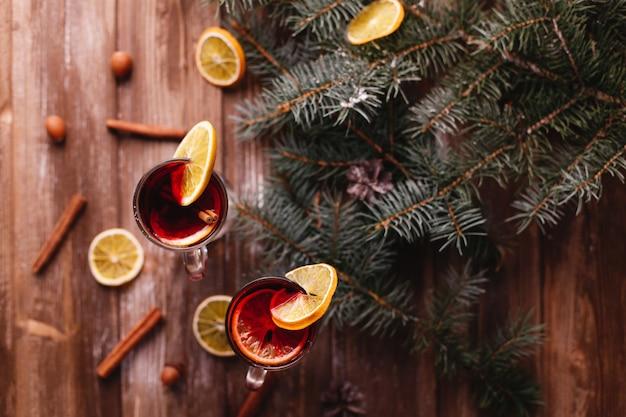Kerstmis en nieuwjaar decor. twee kopjes glühwein met sinaasappels