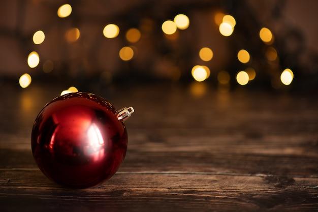 Kerstmis en nieuwjaar decoratie. bauble op kerstboom. ondiep