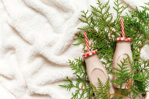 Kerstmis en nieuwjaar feestelijk knus arrangement, een beker met cacao, chocolade en marshmall