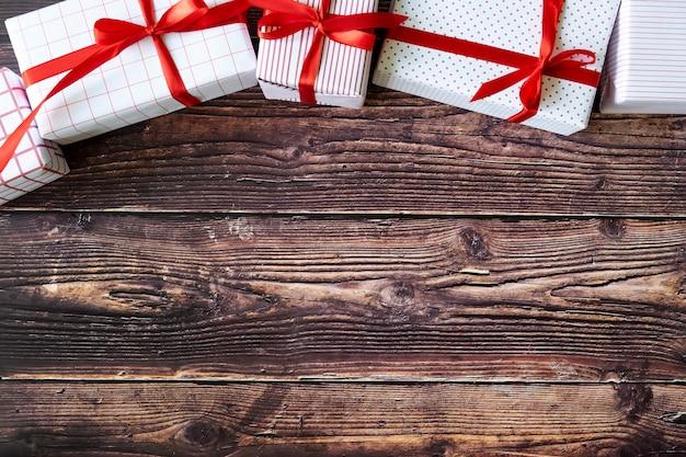 Kerstmis en nieuwjaar geschenkdozen op woodden achtergrond.