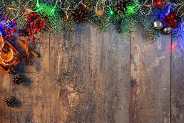 Kerstmis en nieuwjaar houten achtergrond met licht