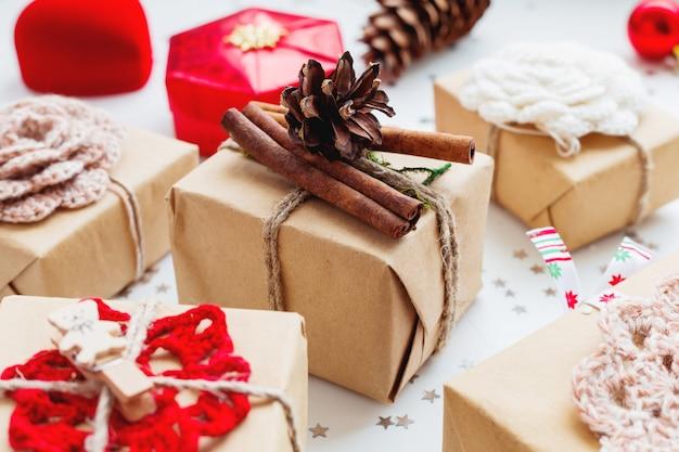 Kerstmis en nieuwjaar met cadeautjes en decoraties. met de hand gemaakt geschenk verpakt in ambachtelijk papier