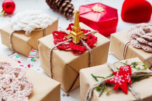 Kerstmis en nieuwjaar met cadeautjes en decoraties.