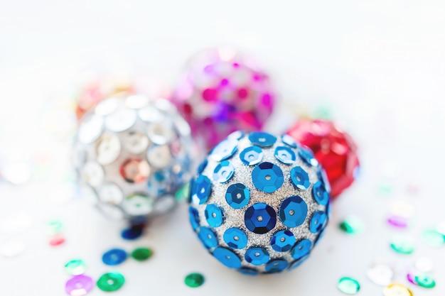Kerstmis en nieuwjaar met heldere ballen, met de hand gemaakt met kleurrijke pailletten.