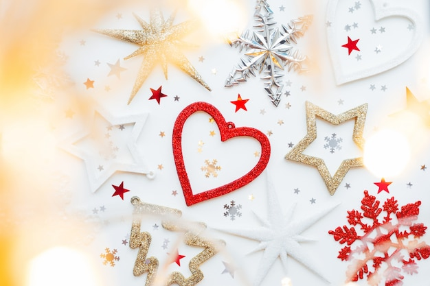 Kerstmis en nieuwjaar met sprankelende fir tree, hart, sneeuwvlokken en ster confetti.