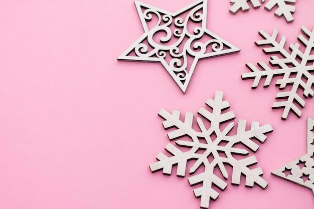 Kerstmis en nieuwjaar. roze plat lag frame met sneeuwvlokken. kopieer ruimte.