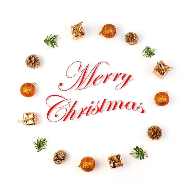 Kerstmis en nieuwjaar speelgoed en geschenken op witte achtergrond