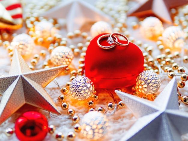 Kerstmis en nieuwjaar ster decoraties op witte gebreide achtergrond.