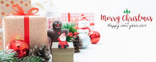 Kerstmis en nieuwjaar vakantie geschenkdoos met decoratieve versiering op tafel met vallende sn