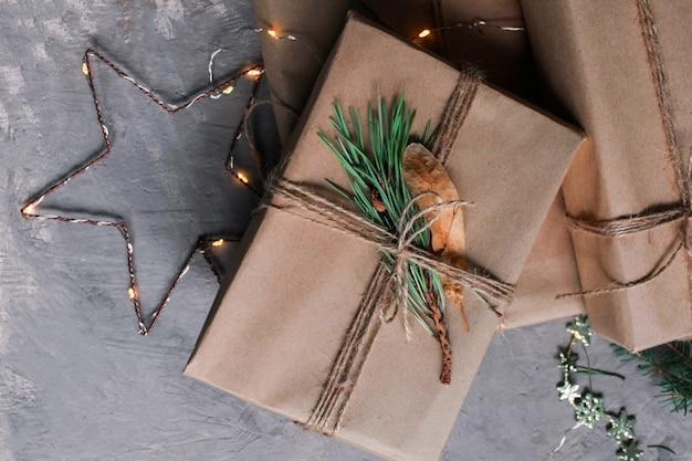 Kerstmis en nieuwjaar vakantieachtergrond en behang. het decoratiespeelgoed van kerstmis op de donkergrijze achtergrond