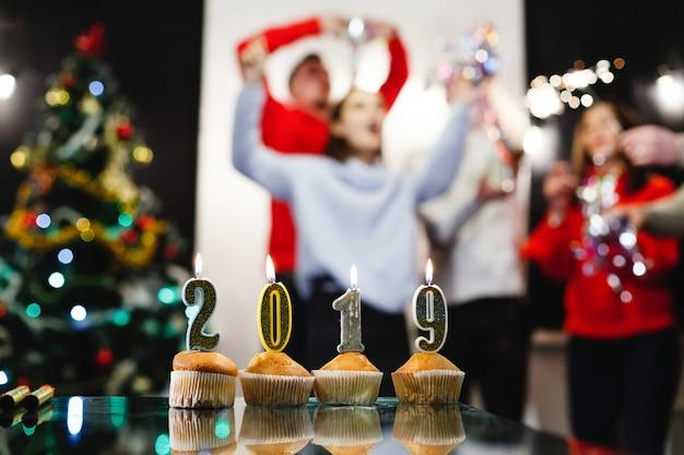 Kerstmis en nieuwjaar voorbereidingen. het bedrijf van aantrekkelijke gelukkige jonge mensen viert