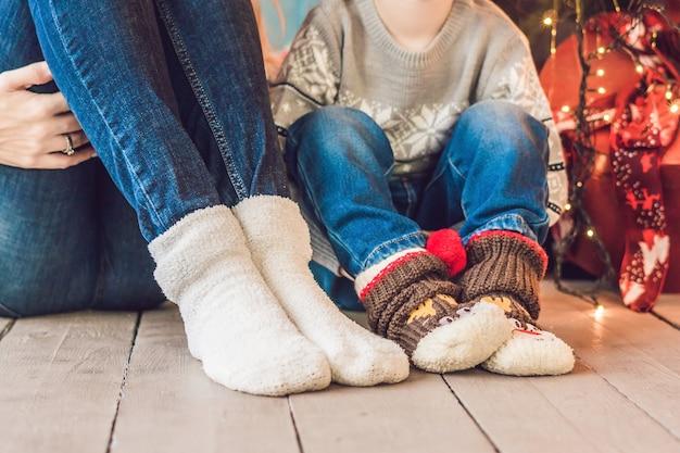 Kerstmis en nieuwjaar warme gezellige familie viering concept. moeder met baby