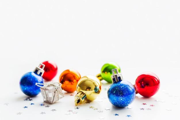 Kerstmis en nieuwjaarachtergrond met kleurrijke decoratieve ballen voor kerstboom. plaats voor tekst.