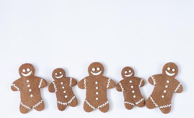 Kerstmis en nieuwjaarpeperkoekmens die op witte achtergrond wordt geïsoleerd. wintervakantie snoep concept