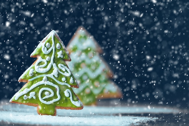 Kerstmis en nieuwjaars achtergrond. gemberkoekjes.