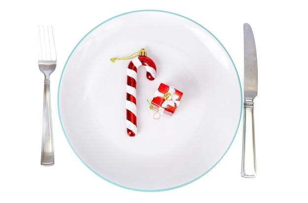 Kerstmis en oud en nieuw concept. wit bord, rood tafelkleed.