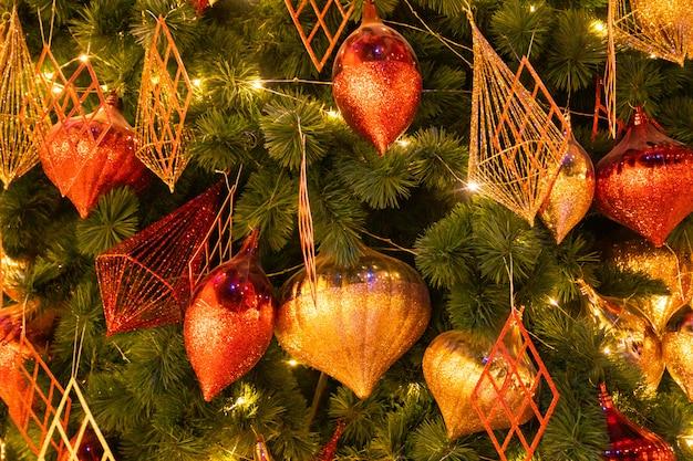 Kerstmis feestelijke compositie, close-up kerstboom versierd met glanzend goud en rode bal mooi interieur
